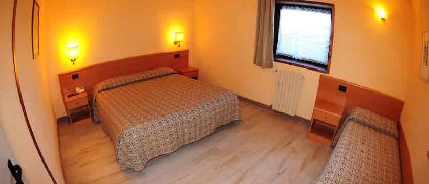 italy_pila-aosta_hotel-lion-noir_bedroom2.jpg